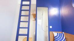 Cette chambre de bonne parisienne a été métamorphosée en studio design et