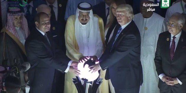 Donald Trump en compagnie du roi Salman d'Arabie saoudite et du Président égyptien Abdel Fattah al-Sissi...
