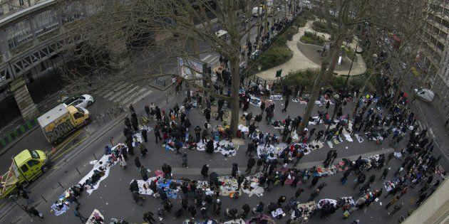 Place de La Chapelle à Paris, un marché semi-permanent illégal rassemble des vendeurs illégaux qui proposent...