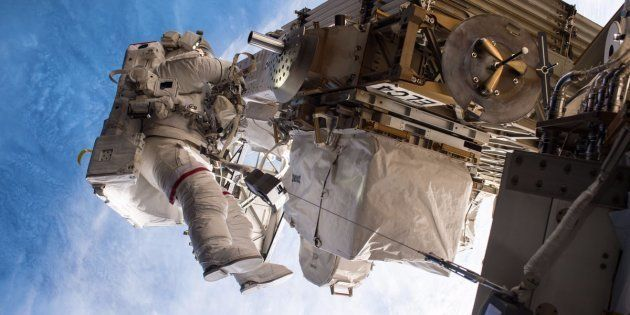 Sortie d'urgence pour remplacer l'ordinateur principal de la station spatiale