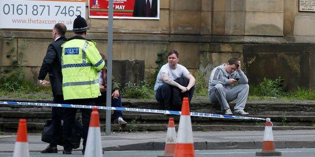 Des policiers près du Manchester Arena, le 23