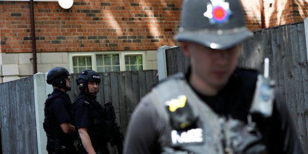 Salman Abedi identifié comme l'auteur de l'attentat de Manchester (Photo: des policiers en faction près...