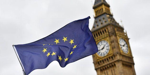 Un manifestant brandit un drapeau de l'Union européenne devant le Parlement après que la Première ministre...