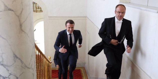 Cette photo de Macron qui court dans les escaliers vaut le