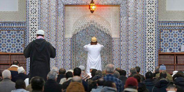 Des musulmans à la mosquée de Strasbourg en
