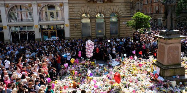Le public observe une minute de silence en hommage aux victimes de l'attaque de Manchester Arena, sur...