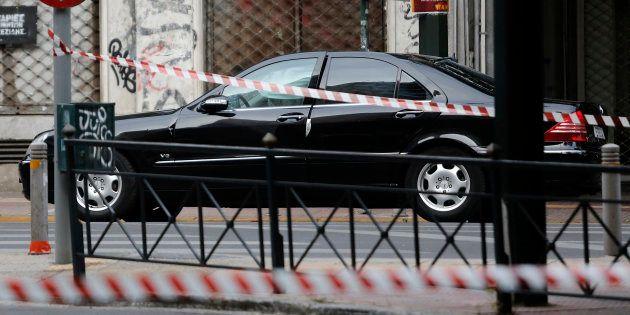 La voiture de Lucas Papademos après l'explosion à Athènes le 25 mai