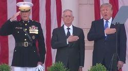 Trump gigote et chante fort pendant l'hymne national en l'honneur des soldats