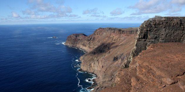 Vue de la falaise volcanique et du littoral de la plaine, île de Sainte-Hélène