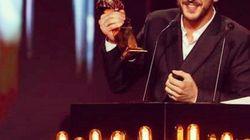 Vincent Dedienne range ses trophées dans un drôle