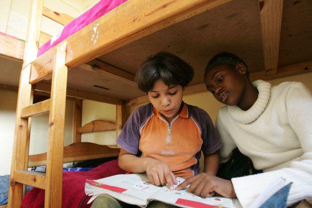 Le foyer Bayti accueille aussi les enfants migrants. Ici, une jeune congolaise, 12 ans (à droite), aide un ami, de 14 ans à faire ses devoirs.