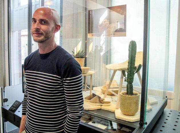 Au musée Micropia, dédié aux microbes et au minuscule, le designer italien Maurizio Montalti pose devant les objets qu'il a créés à partir de champignon: une chaise, des vases, des chaussons.