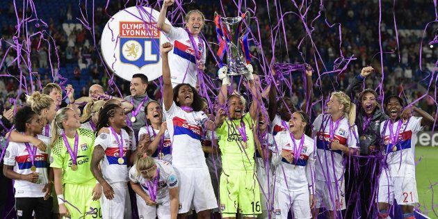 La capitaine de l'OL Wendie Renard et ses coéquipières soulèvent le trophée de la Ligue des Champions,...