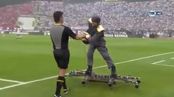 Il apporte le ballon du match... en volant debout sur un