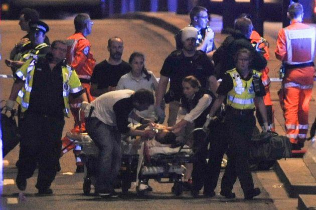 Attentats à Londres: les photos et vidéos des secours au London Bridge et