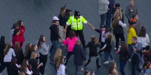 Ce policier qui danse avec des enfants incarne parfaitement l'esprit du