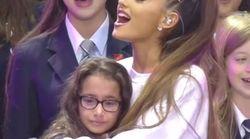 Ariana Grande réconforte une jeune fille rattrapée par l'émotion avant de craquer à son