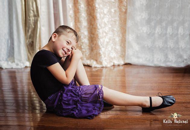 42347ca38e9 Ce garçon adore porter des robes et sa mère le soutient plus que ...