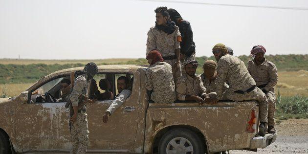 Des membres des Forces démocratiques syriennes (FDS) dans le village de Hazima, au nord de Raqa, le 6