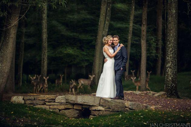 Une photo de mariage rendue magique par quelques invités