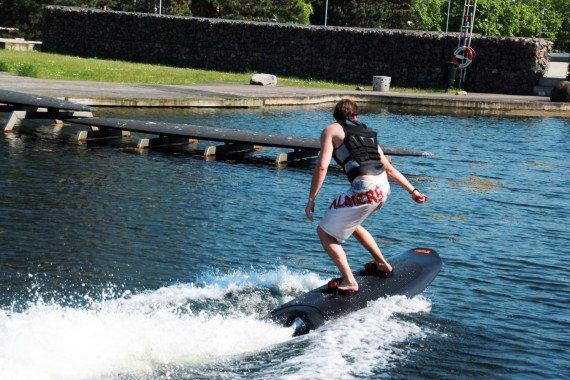 VIDÉO. Un surf électrique pour les amateurs de glisse privés de
