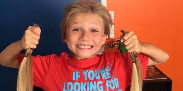 Pour aider les enfants atteints du cancer, un petit garçon laisse pousser ses cheveux malgré les
