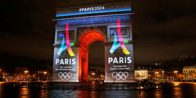 Arc De Triomphe is lit up with the 2024 Olympic Games bid logo in Paris, France, February 9, 2016. REUTERS/Benoit