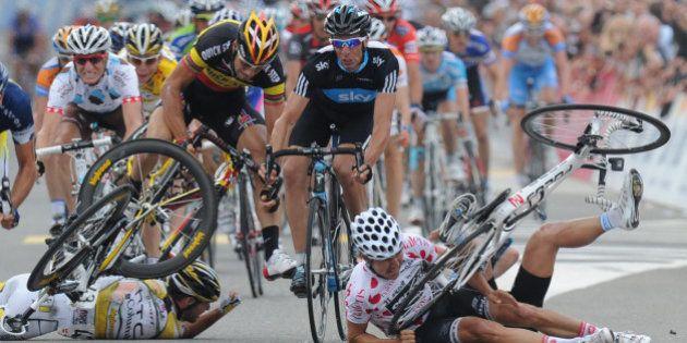 Chutes en cyclisme: l'UCI pourrait infliger des cartons rouges aux coureurs responsables de