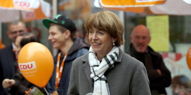 Henriette Reker, poignardée pour son soutien aux migrants, élue maire de