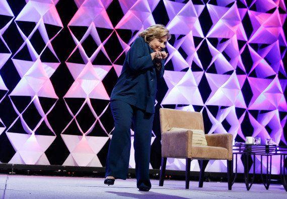 PHOTOS. Hillary Clinton et le lancer de chaussure: les images