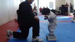 Ce petit garçon qui tente de casser une planche va vous faire