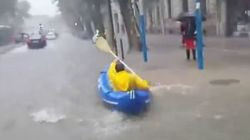 En kayak dans les rues de