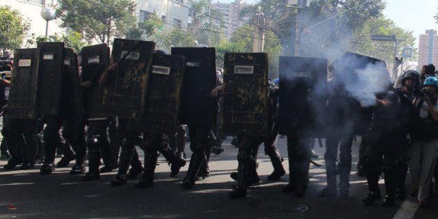 PHOTOS. Coupe du monde 2014: la police brésilienne tire des gaz lacrymogènes contre des