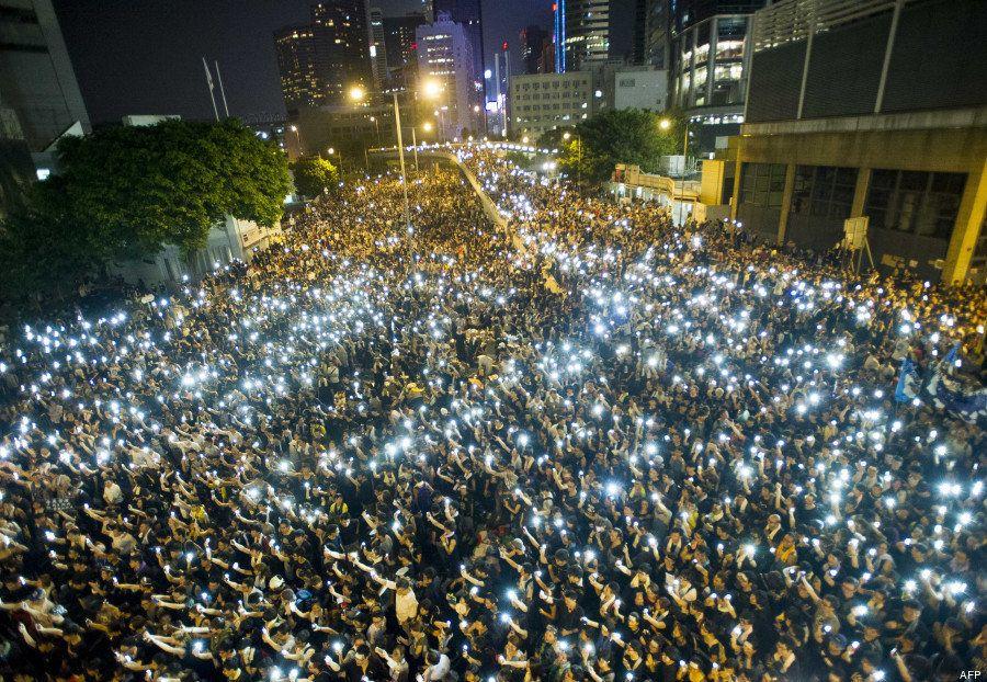 Manifestations à Hong Kong: un océan de smartphones pour illuminer les