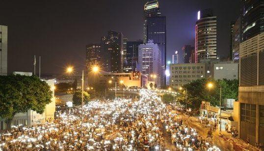 Hong Kong: un océan de smartphones pour illuminer les