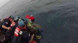 VIDÉO - La mission anti-drogue de ces gardes-côtes se transforme en sauvetage de