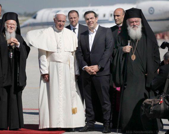 Le pape François, en visite à Lesbos, veut ramener des migrants au