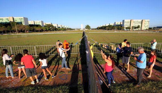 PHOTOS. À Brasilia, la barrière qui déchire les