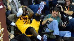 LeBron James blessé après une chute sur une