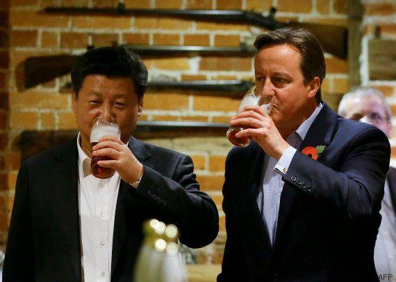 PHOTOS. David Cameron accueille Xi Jinping avec une bière et un fish and
