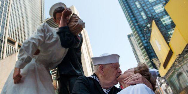 VIDÉO. Le baiser de Times Square recréé par des centaines de couples à New