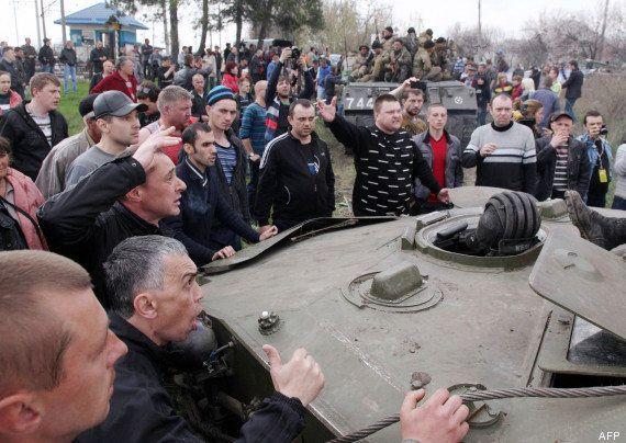 VIDÉO. Ukraine / Russie : des blindés arborant le drapeau russe circulent à