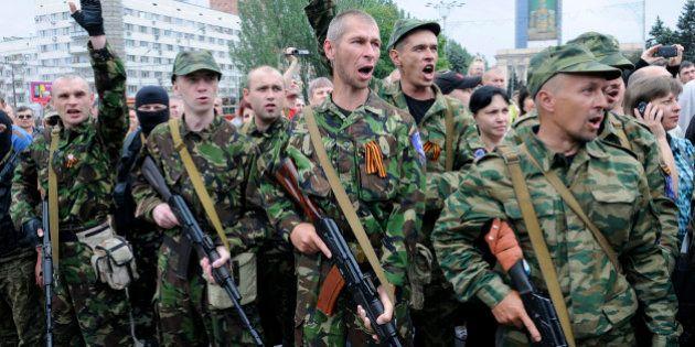 Ukraine: les combats se poursuivent malgré le cessez-le-feu et la Russie met ses forces armées