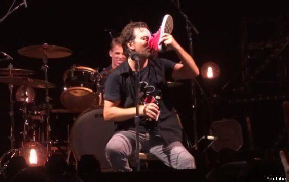 VIDEO. Le chanteur de Pearl Jam boit du vin dans la chaussure d'une fan sur