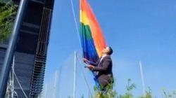 Un élu (ex-FN) détache et enterre un drapeau LGBT devant la mairie de
