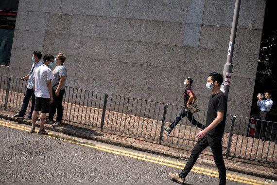 Hong Kong: des manifestants pro-démocratie attaqués par des dizaines d'hommes