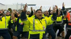 Le haka du personnel de l'aéroport pour le retour des All Blacks au