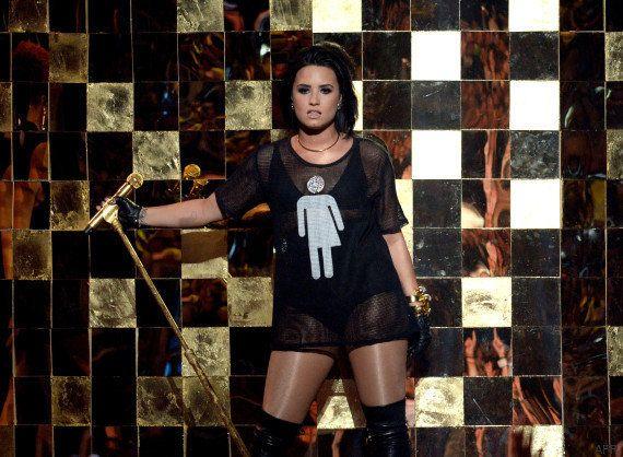 Pourquoi Demi Lovato portait un logo de toilettes sur son tee-shirt aux Billboard