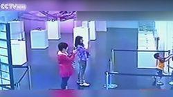 Ces enfants cassent une oeuvre dans un musée pendant que leur mère