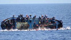 Les terribles images d'un bateau de migrants qui chavire sous les yeux des